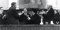 """... Так что у Леонида Ильича (в центре) появилось ощущение, что он один в руководстве страны работает"""""""